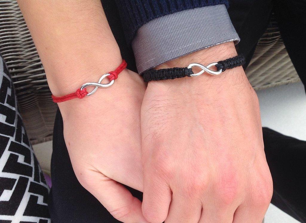 Парные браслеты стабильно держат лидирующие позиции позволяя влюблённым заявить о своих чувствах