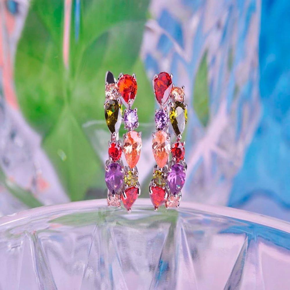 Не можете сделать окончательный выбор? Тогда есть отличный вариант: украшения с несколькими камнями. Эта модная тенденция уже стала современной классикой. Так что можете смело носить такие серьги!