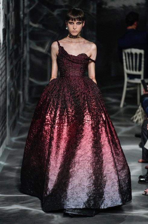 Коллекция Диор как всегда восхитительна. Женственность, невероятные образы, дополненные эффектными украшениями.