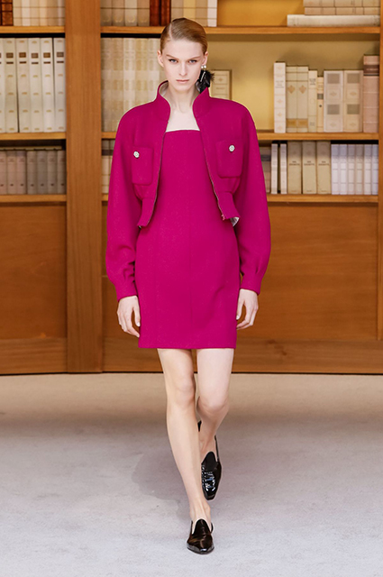 Дом Шанель представил библиотечную коллекцию лаконичных нарядов, дополненных соло серьгами до плеч