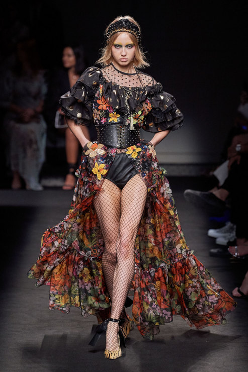 Роскошные и довольно откровенные платья Дундас дополнены лишь ободками, напоминающими корону статуи свободы или терновый венец. Второй вариант – платки, в качестве украшений.