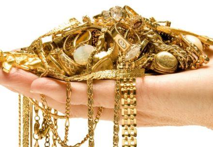 Почему не всем стоит носить золото?