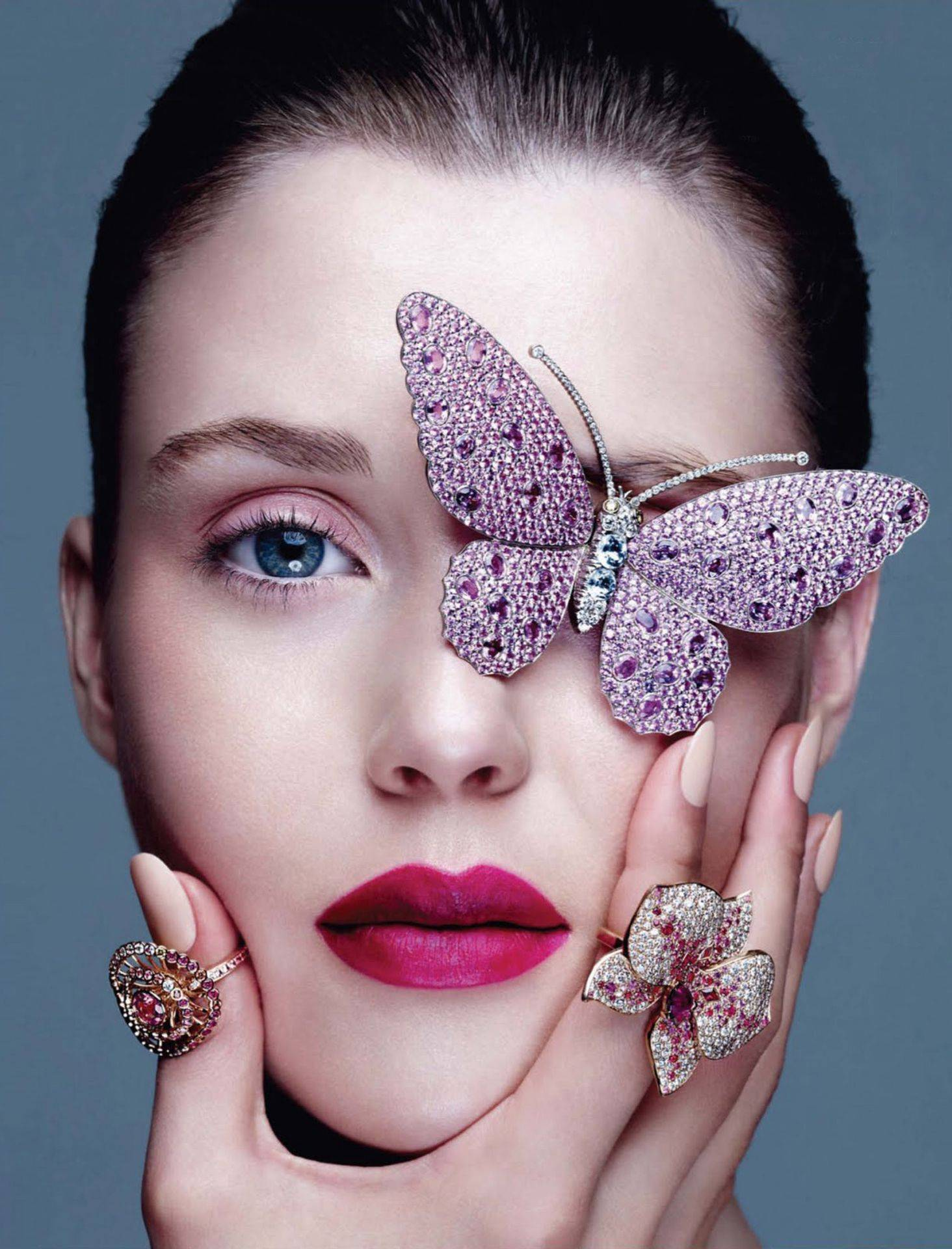 А бабочка крылышками…