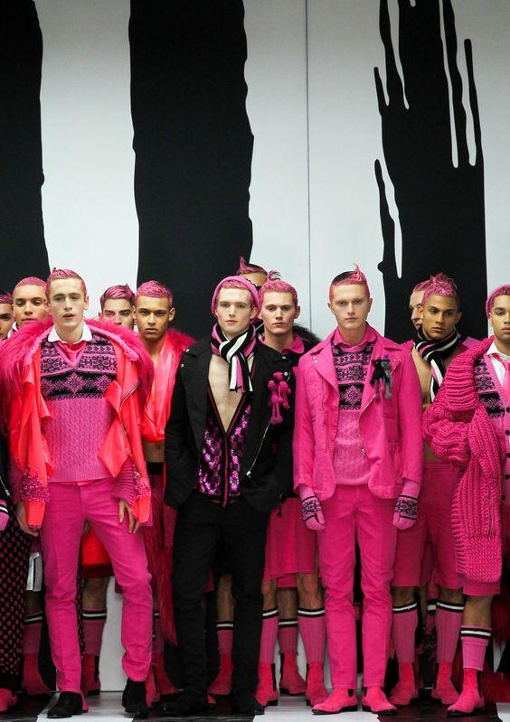 Мужчины в розовом на подиумах