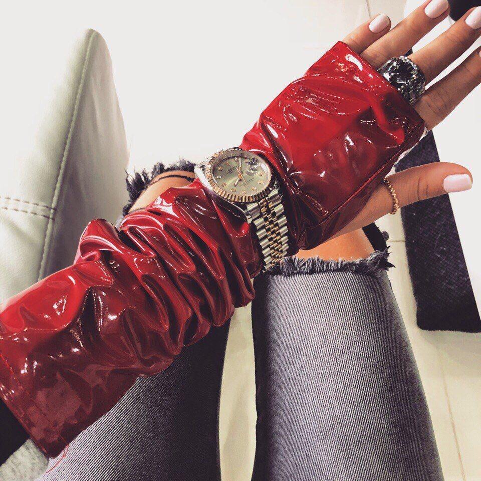 Часы и браслеты  поверх перчаток