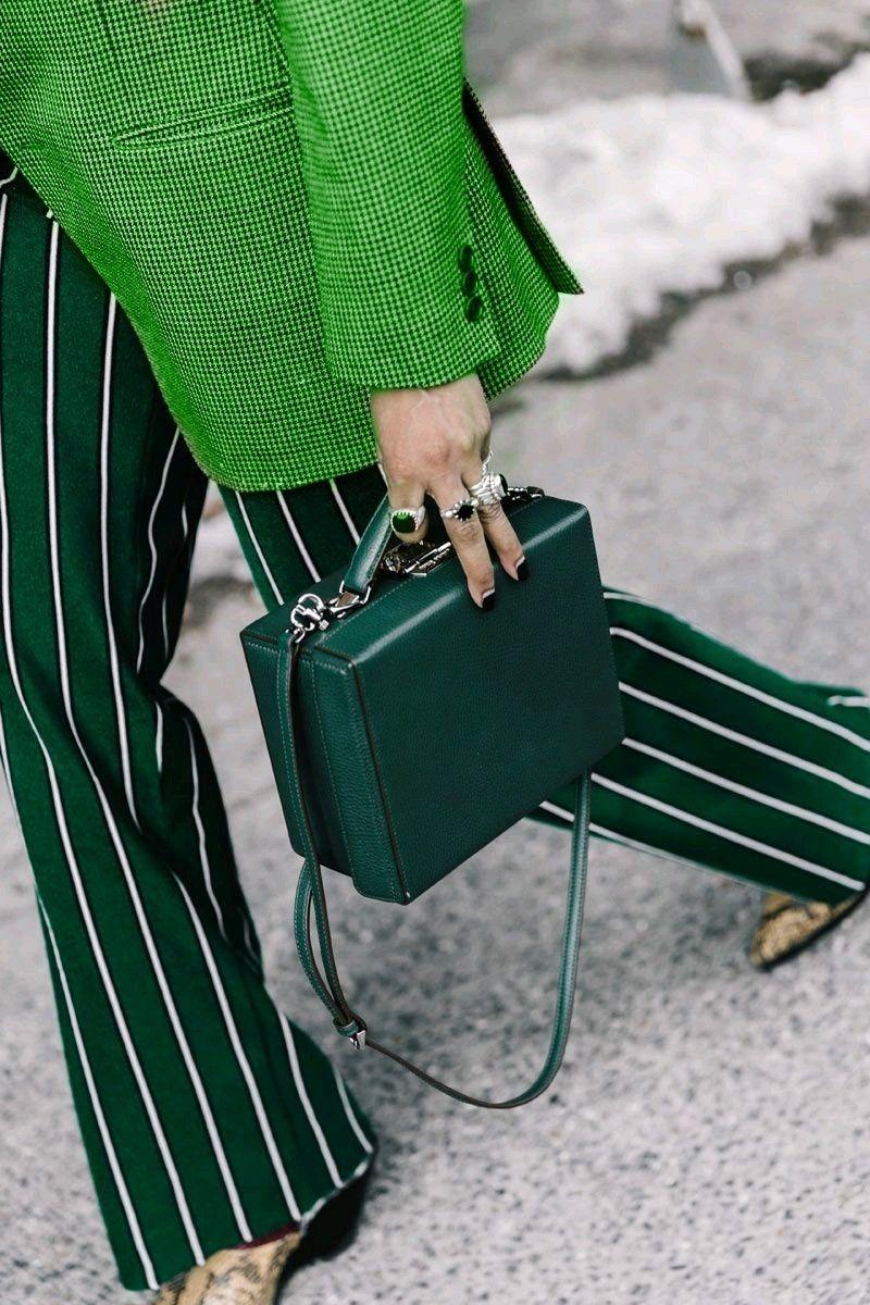 Как выбрать цветную сумку к повседневному образу. Зелёные сумки