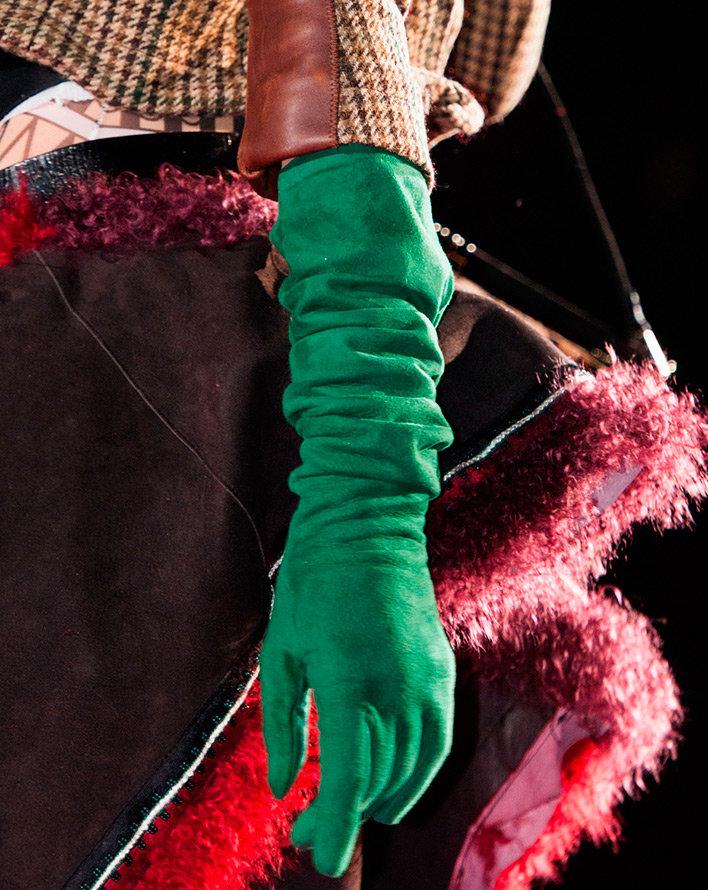 сумки оверсайз и длинные перчатки