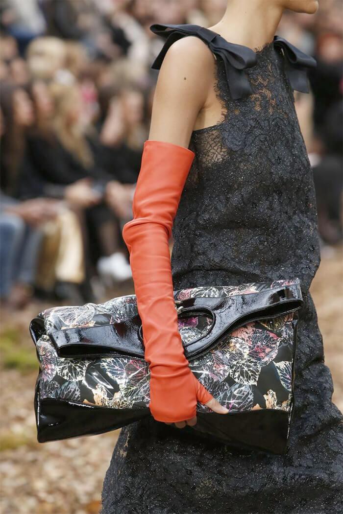 сочетание сумок оверсайз и длинных перчаток