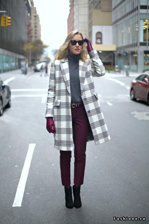 Серый свитер прекрасно сочетается с клетчатым пальто