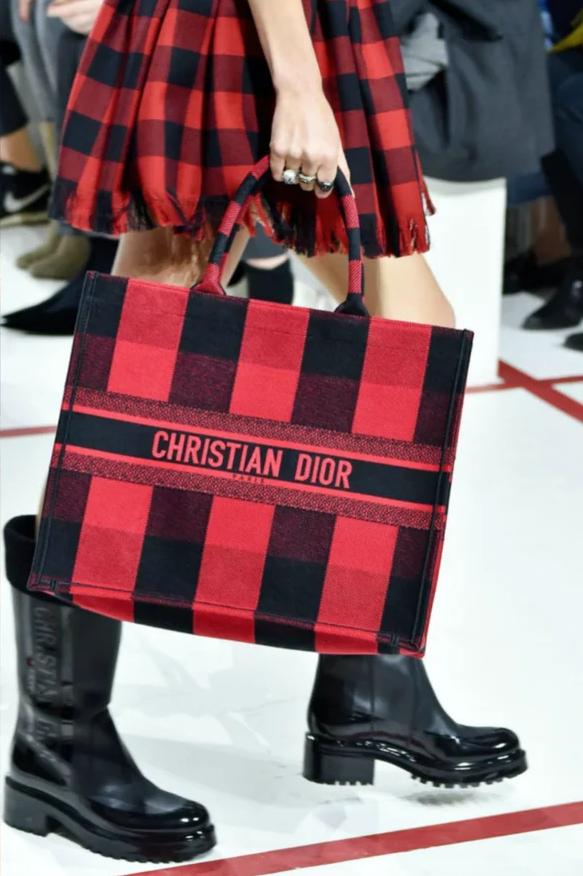 Сумочка от Christian Dior, которая повторяет основную деталь костюма
