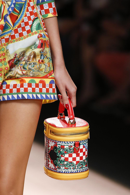 Сумочка бочонок от Dolce & Gabbana, которая повторяет основную деталь костюма