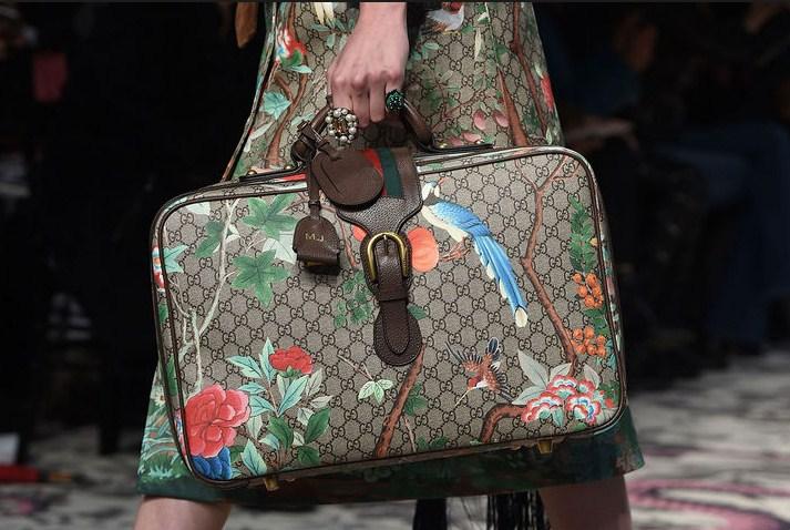 Сумочка от Gucci, которая повторяет основную деталь костюма