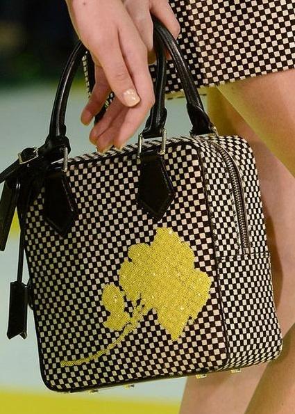 Сумочка от Louis Vuitton, которая повторяет основную деталь костюма