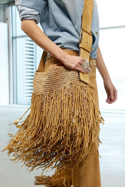 Сумочка с плетением от Michael Kors, которая повторяет основную деталь костюма