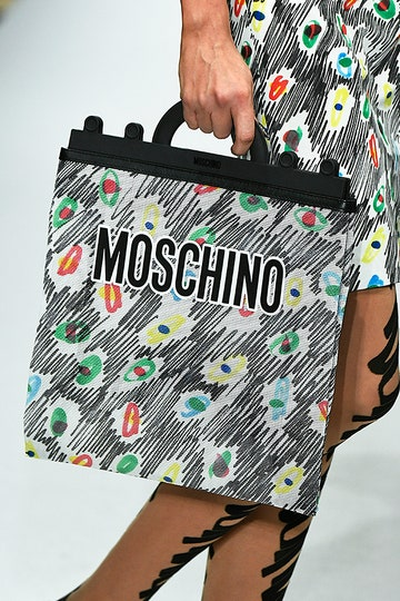 Сумочка от Moschino, которая повторяет основную деталь костюма