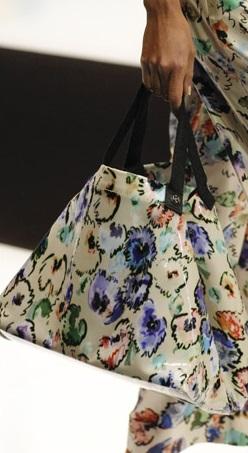 Трапециевидная сумочка, которая повторяет основную деталь костюма