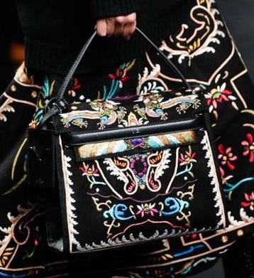 Сумочка от Valentino, которая повторяет основную деталь костюма