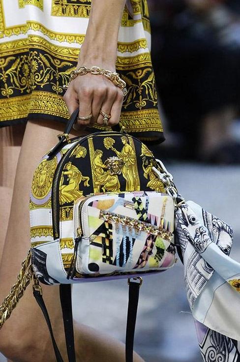 Сумочка от Versace, которая повторяет основную деталь костюма
