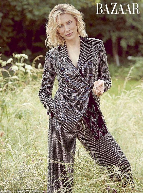 Кейт Бланшет в блестящем смокинге в золотую полоску