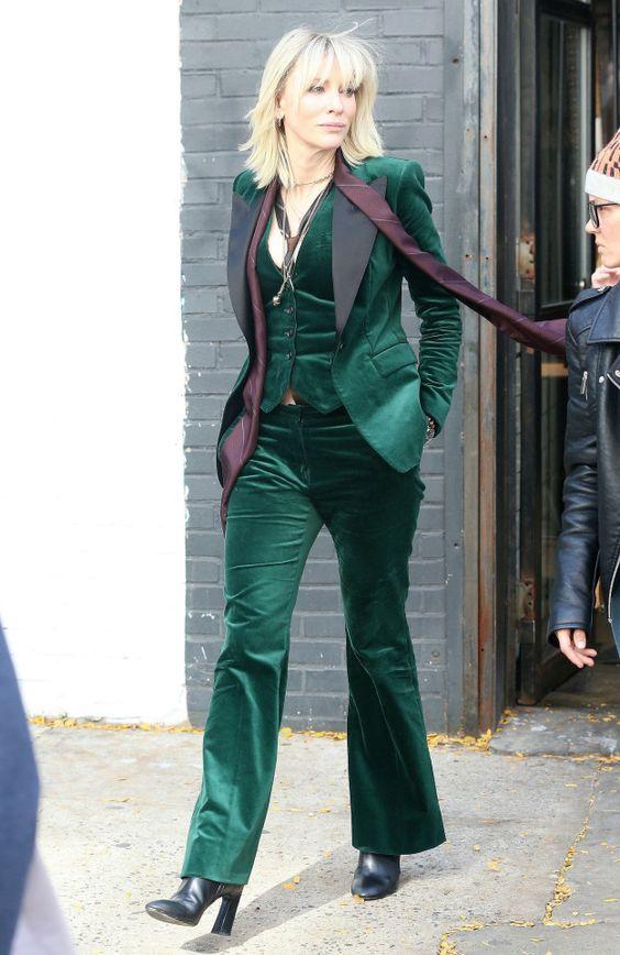 Кейт Бланшет в зелёном смокинге с тёмно-бордовыми широкими лацканами