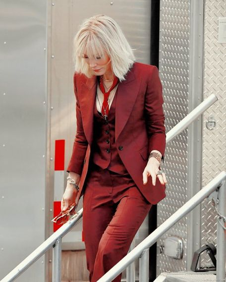 Кейт Бланшет в кирпичного цвета смокинге