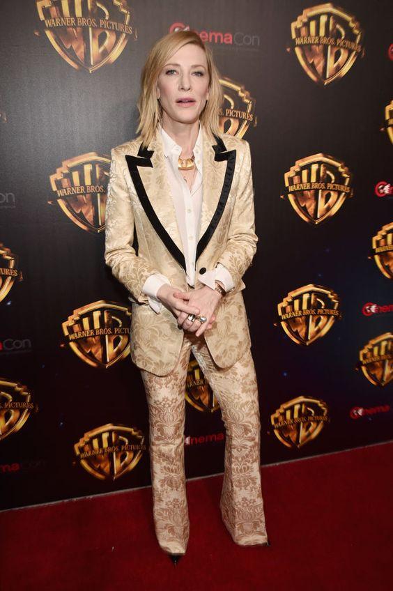 Кейт Бланшет в персикового цвета смокинге Gucci из набивного шёлка