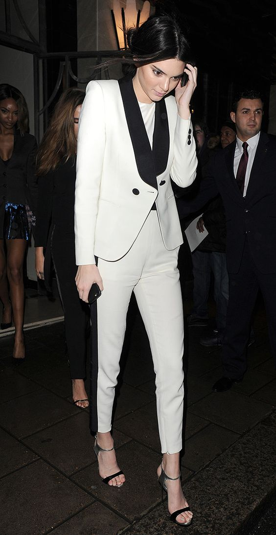 Кендал Дженнер в белом смокинге с чёрными лацканами