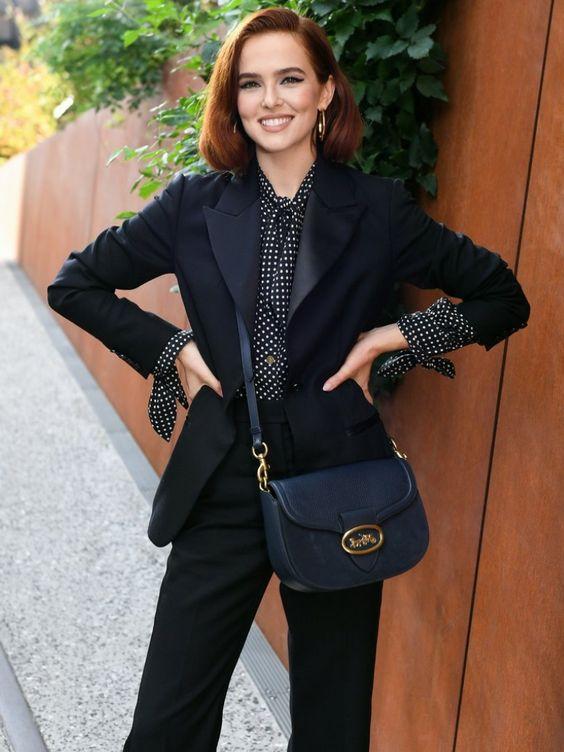 Зои Дойч в классическом чёрном смокинге и блузке в горошек