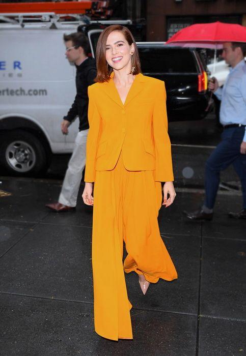 Зои Дойч в оранжевом смокинге с широкими лёгкими брюками