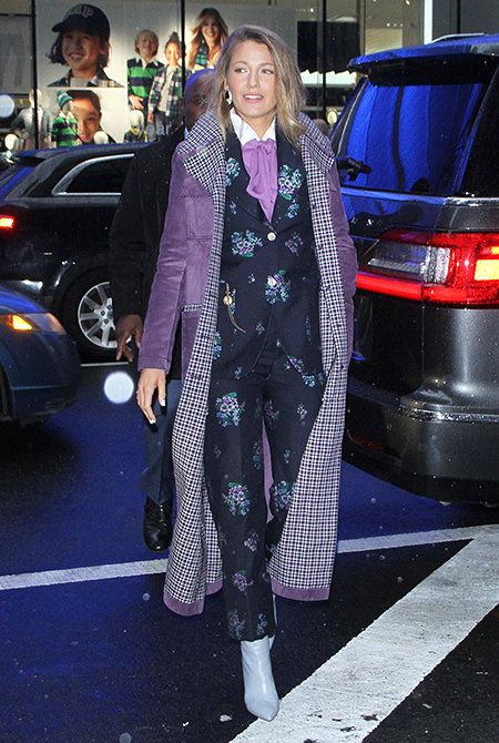 Блейк Лавли в синем смокинге с вышивкой