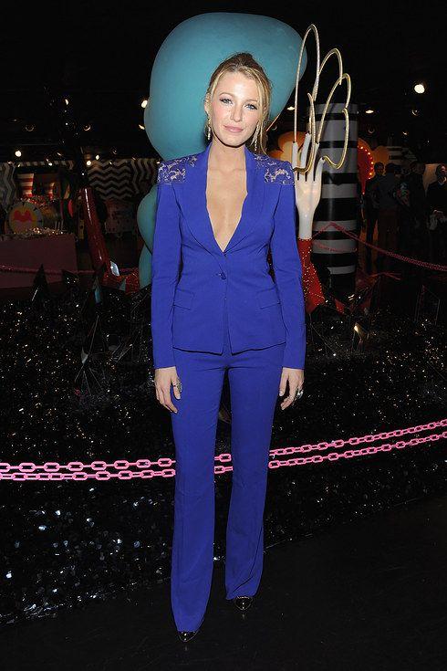 Блейк Лайвли в синем смокинге с декорированными плечами от Elie Saab