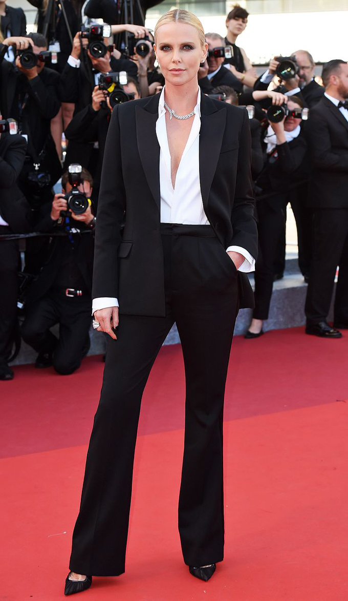 Шарлиз Терон (Charlize Theron) в смокинге Dior