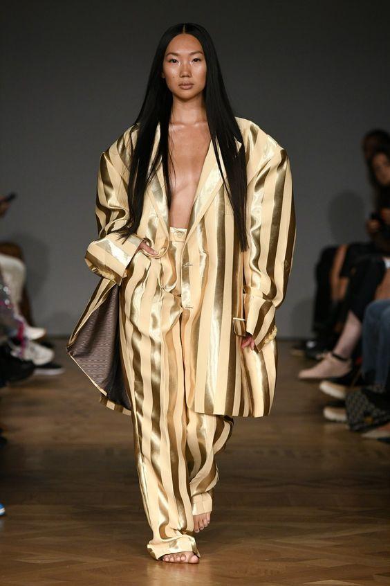 Золотой в полоску смкоинг гиперсайз в пижамном стиле от Selam Fessahaye