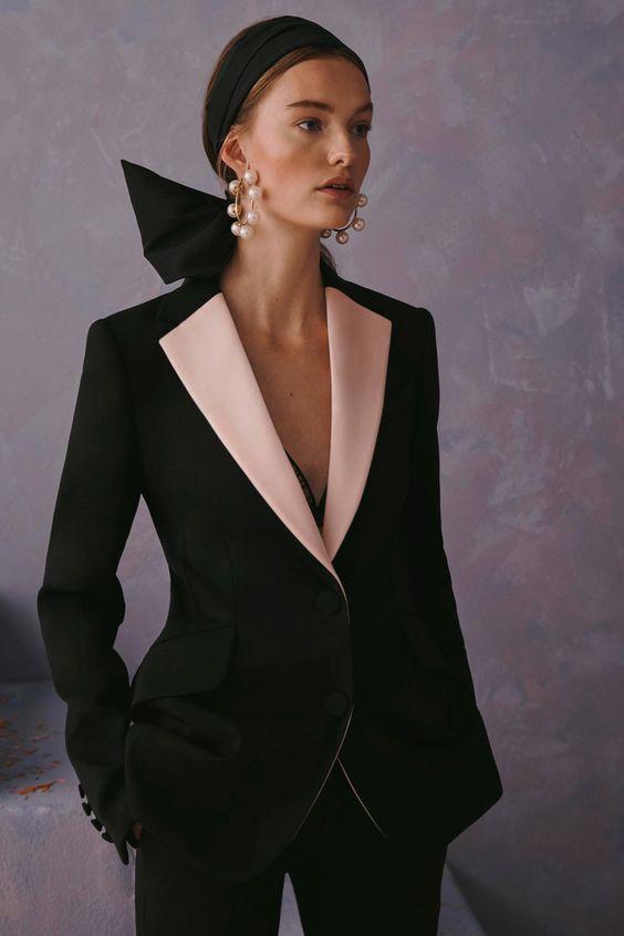 Чёрный смокинг с нежными розовыми лацканами от Carolina Herrera