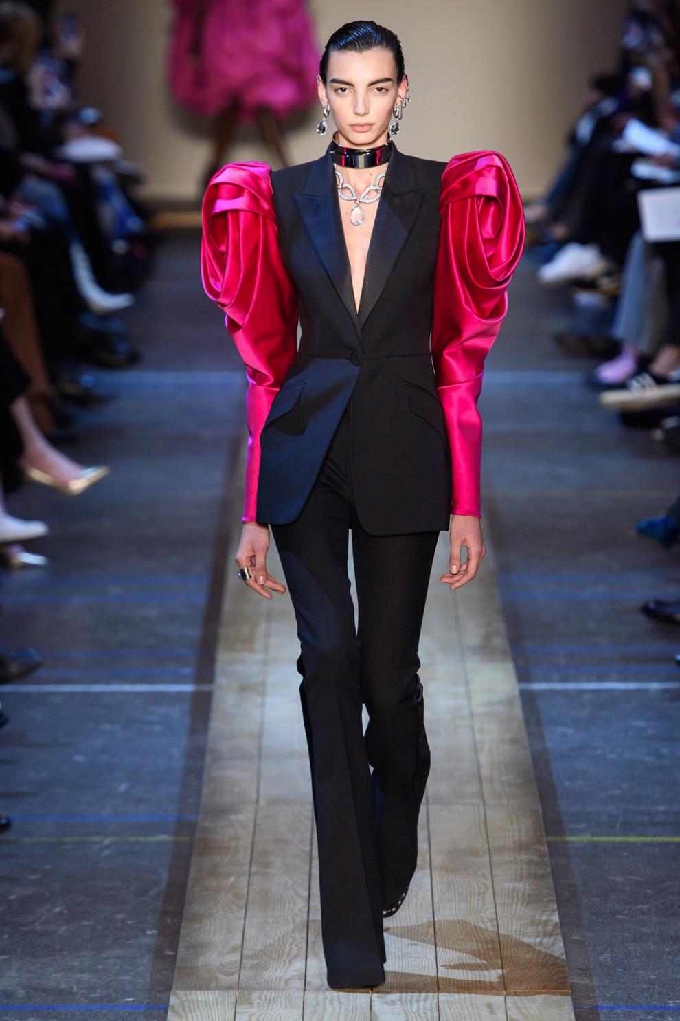 Экстравагантный смокинг с объёмными присобраными рукавами гиперсайз цвета фуксии Alexander McQueen