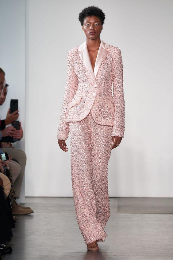 Розовый со стразами смокинг от Pamella Roland