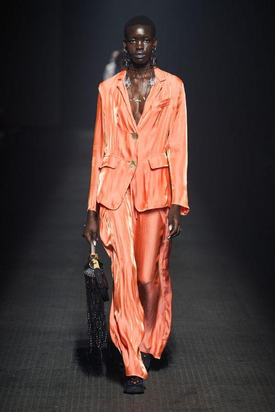 Оранжевый шёлковый смокинг оверсайз в пижамном стиле от Kenzo