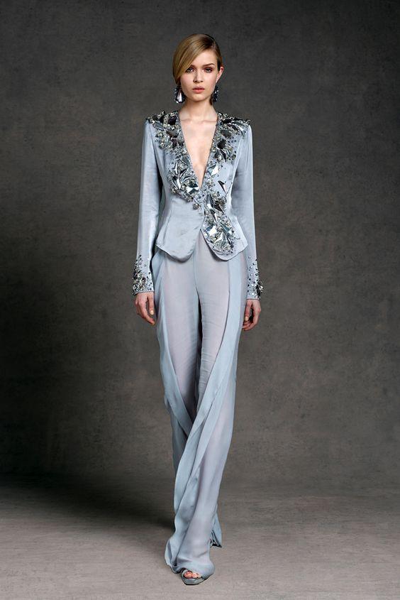 Donna Karan украсила серого цвета смокинг объёмной аппликацией на лацканах и манжетах