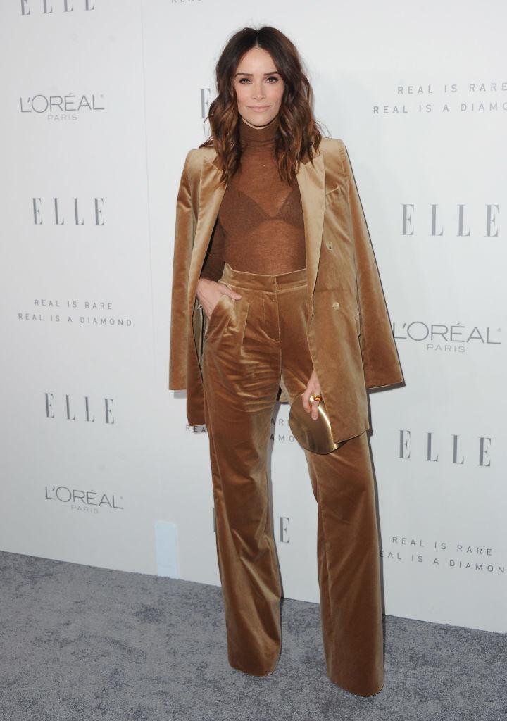 Эбигейл Спенсер в трендовых бархатных брюках
