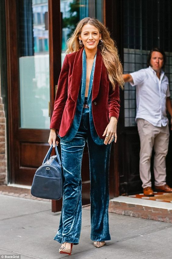 Blake Lively в трендовых бархатных брюках