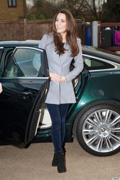 Кейт Миддлтон в трендовых бархатных брюках