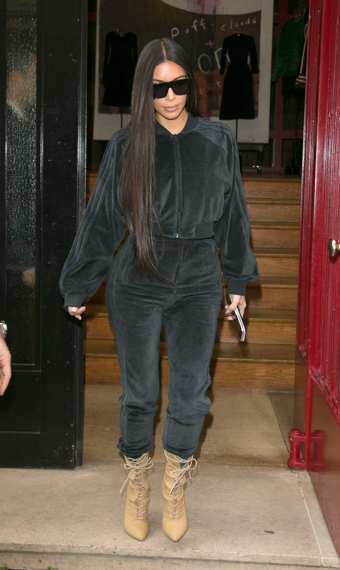 Ким Кардашьян в трендовых бархатных брюках
