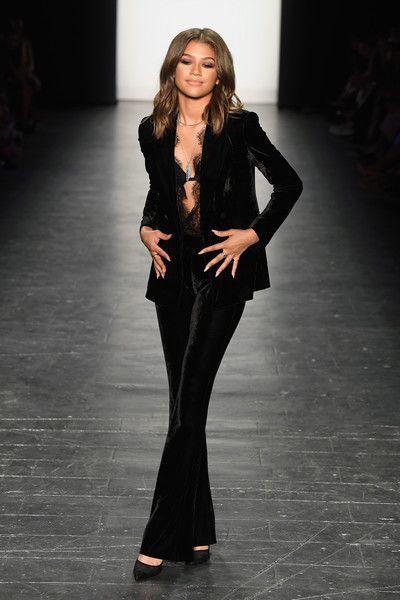 Zendaya Coleman в трендовых бархатных брюках
