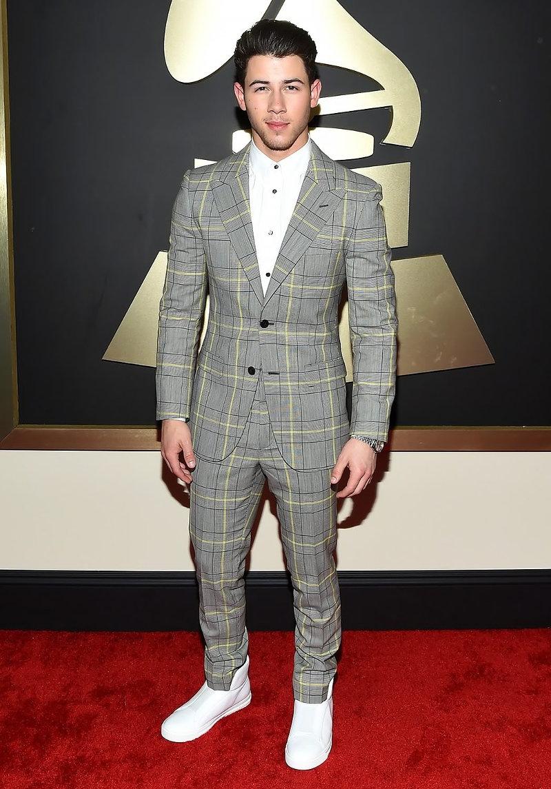 Ник Джонас в клетчатом приталенном костюме