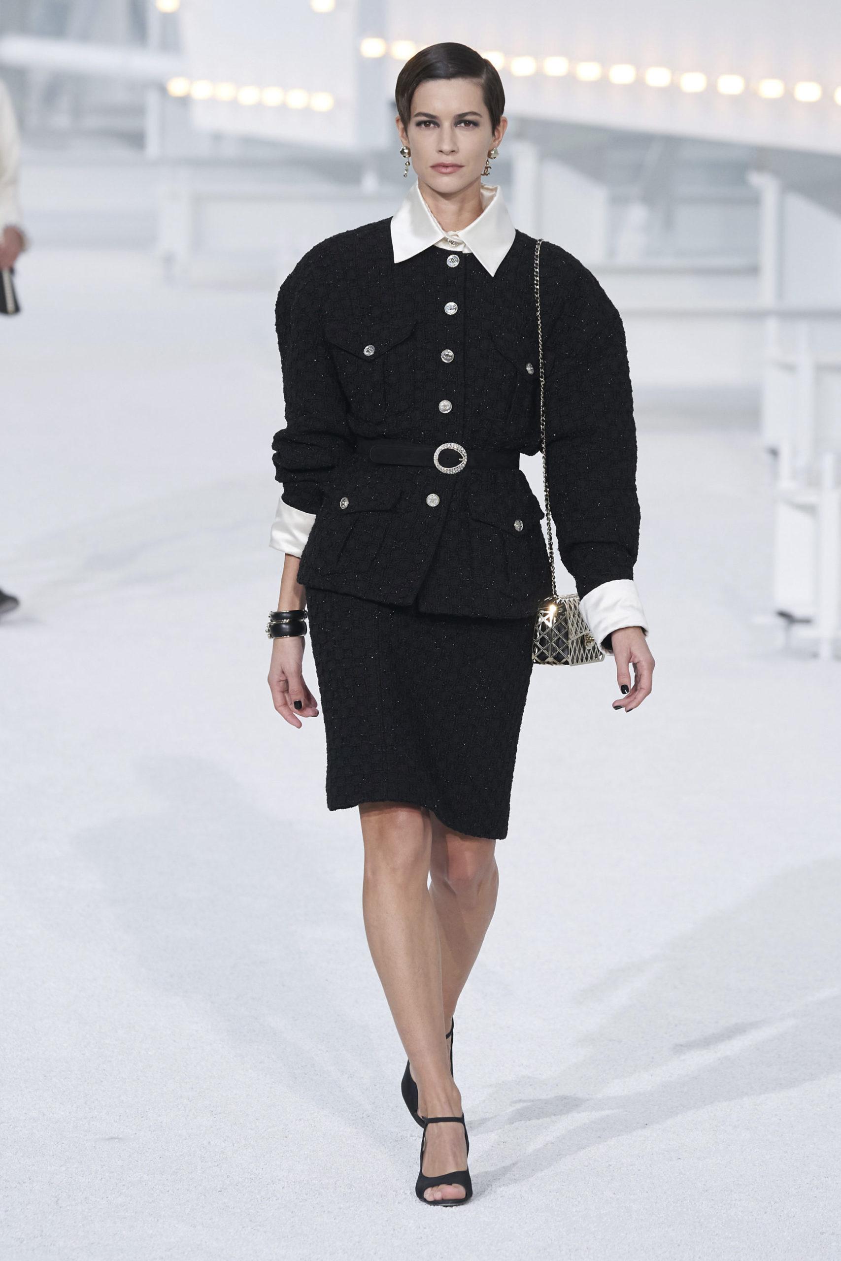 Платье с баской модель 2021 года