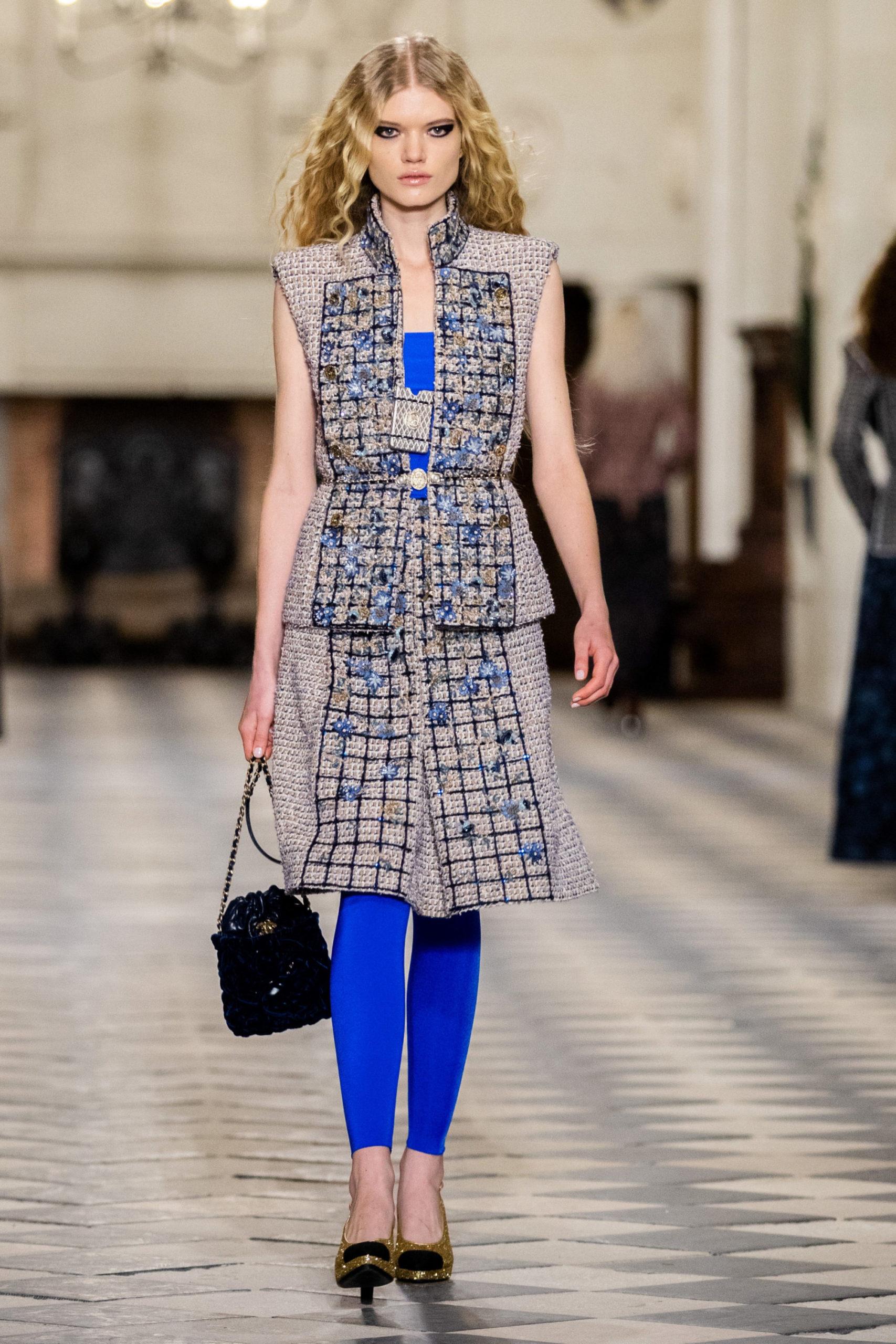 Платье с баской модель 2022 года