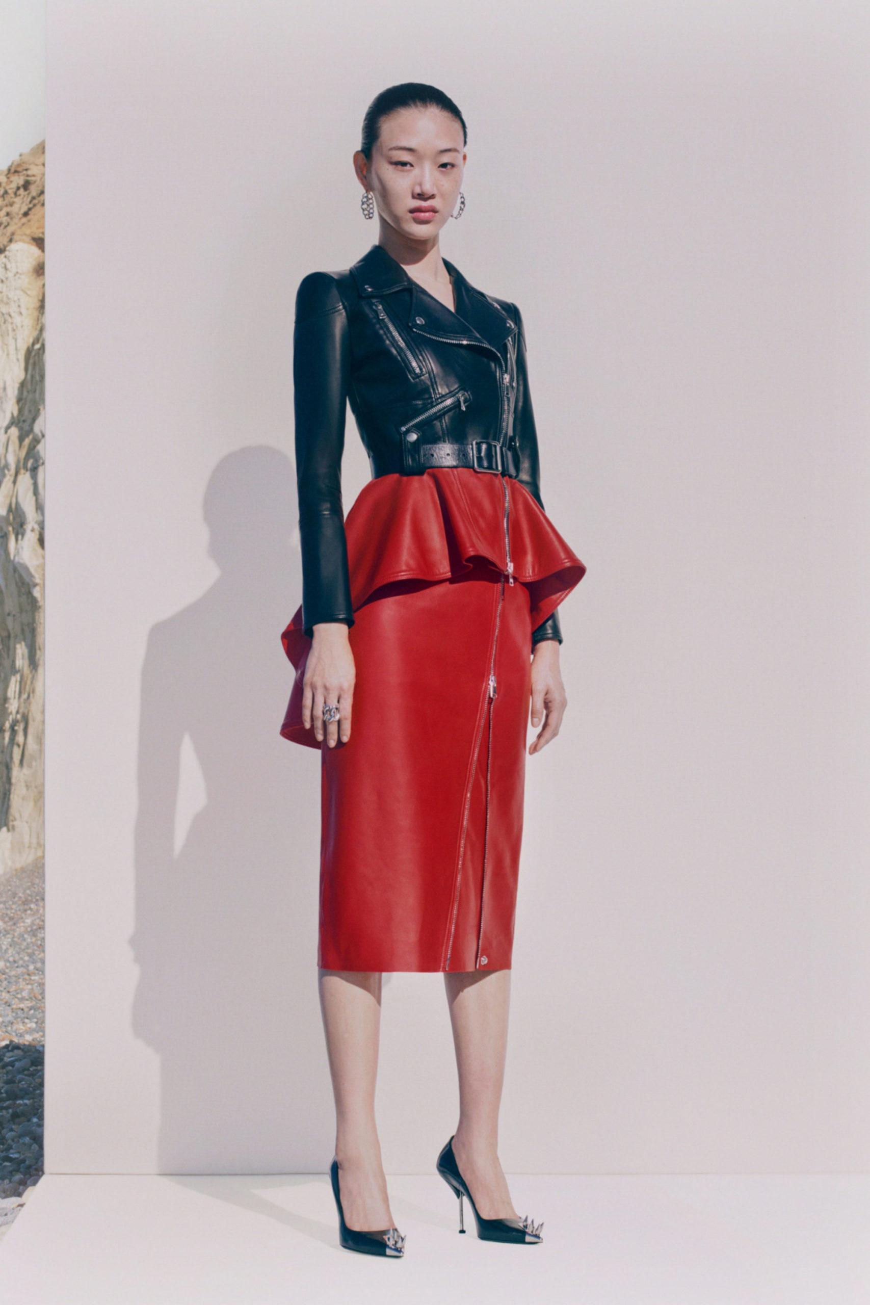 Платье с баской от Alexander McQueen модель 2021 года