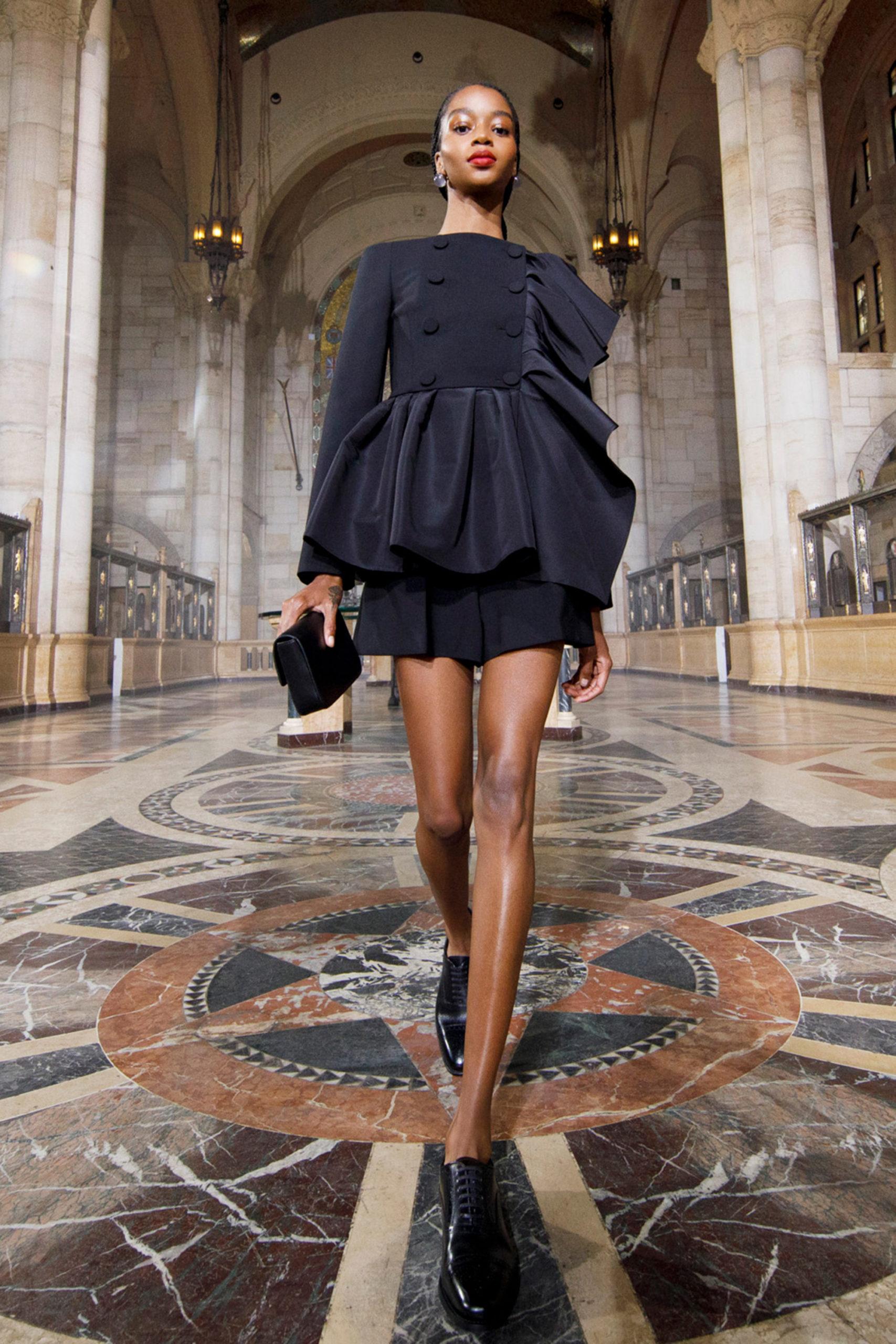 Платье с баской от Carolina Herrera модель 2021 года
