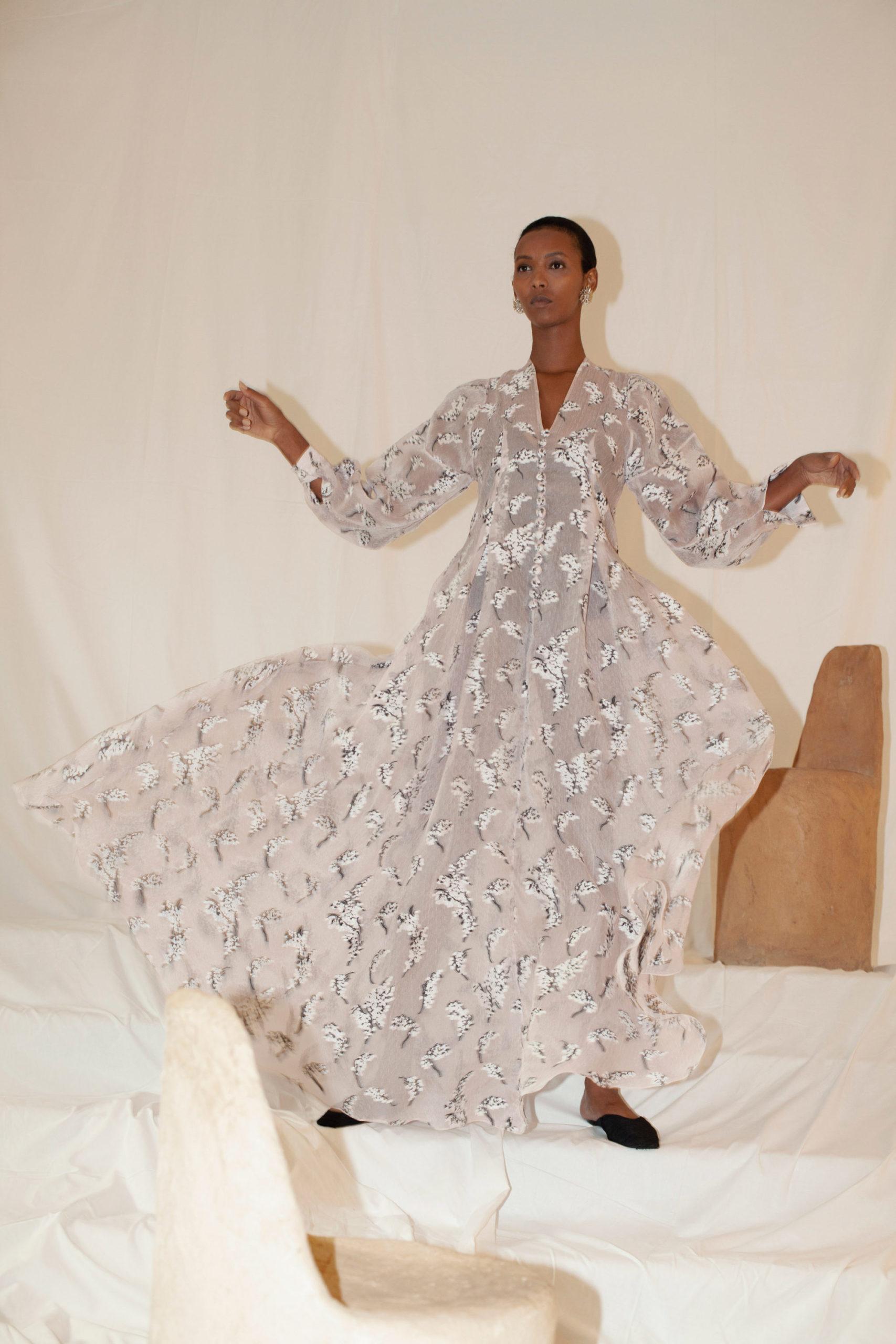 Платье с надписями и пайетками от Sandra Mansour модель 2021 года