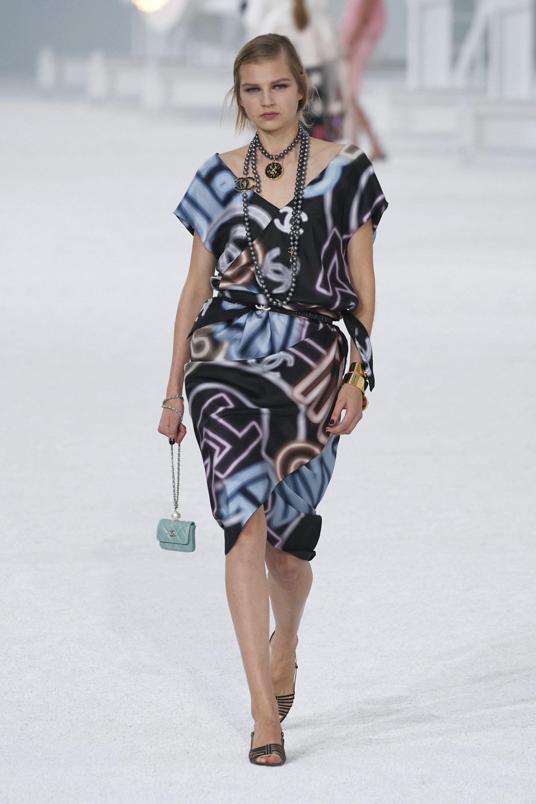Платье с надписями и пайетками от w2000